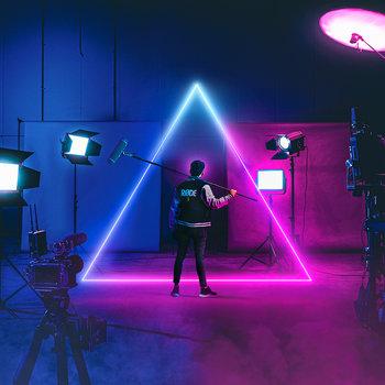 Symbolbild: Mann mit Rode-Jacke in Filmstudio
