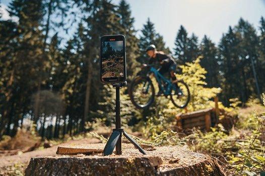 Biker wird mit VACUUM mini triopod von FIDLOCK gefilmt