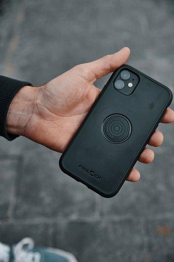 FIDLOCK VACUUM phone case in Hand
