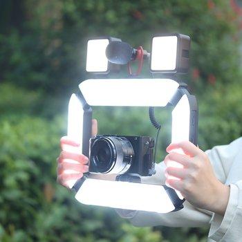 Hände halten LUMIS U-Light von Rollei mit montierter Kamera und Mikrofon.