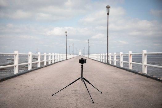 Szenebild: NEOMAX mobile Stativ mit Kamera positioniert auf Anleger am Meer