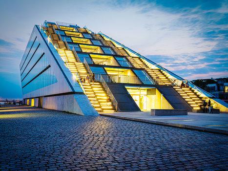 Mittelformat-Aufnahme zur blauen Stunde in Hamburg: Architektur