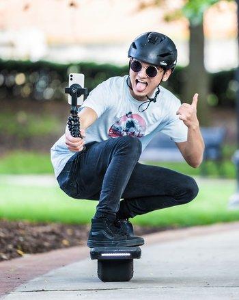 Szenebild: Skateboarder mit Handy an GripTight-Halterung für MagSafe von JOBY montiert