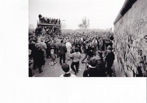 """""""Tanz in die Freiheit"""", Berlin, Potsdamer Platz, 11. November 1989. Bildnachweis: BSB/Bildarchiv/Karsten de Riese"""